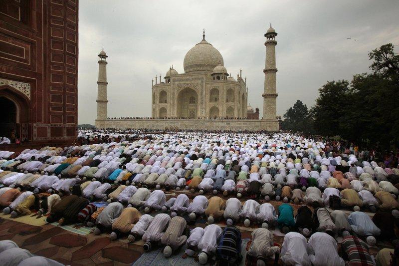 Мусульмане совершают праздничную молитву у мечети возле Тадж-Махала / Источник фото: AP Photo/Pawan Sharma, File)