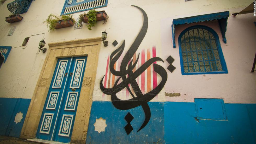 Каллиграфия считается обыденной вещью в Тунисе / Источник фото: CNN