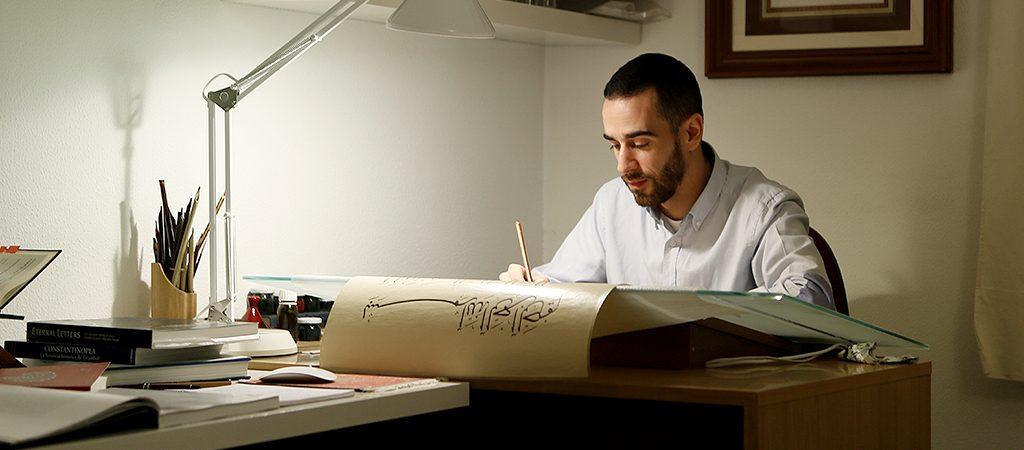 Молодой каллиграф Пабло Касадо из Мадрида / Источник фото: sacred-lines.com