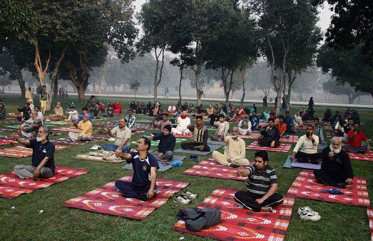 Занятие по йоге в историческом саду Шалимар в Лахоре, Пакистан. Сегодня йога пользуется огромной популярностью во всех городах Пакистана. Источник фото: К. М. Chaudary/Associated Press