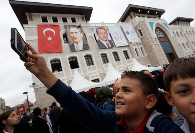 Школьник на открытии нового школьного комплекса Реджепа Тайипа Эрдогана / REUTERS/Murad Sezer