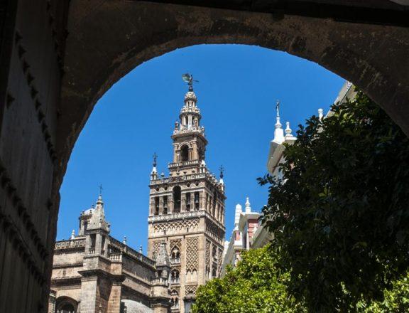 Вид на Хиральду из ворот Патио де Бандерас (Двор флагов). Источник: Naeblys / Shutterstock.com